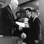 Кикоин вручает премии школьникам олимпиада проходила в МФТИ (1)